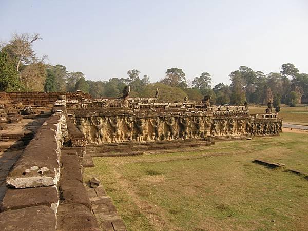 鬥象台有三個平台,最北邊的平台牆壁上是一整排雙手高舉的神鳥