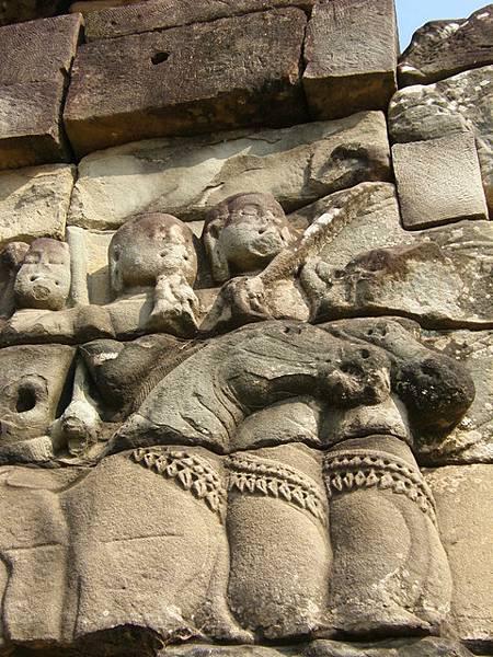 古時候就能將三匹馬以重疊方式雕刻得很巧妙,坐在馬上的是侍女嗎