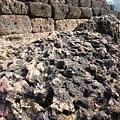 繼續往北走,後段出現許多帶著黑紅色的砂岩而且應該是被侵蝕了