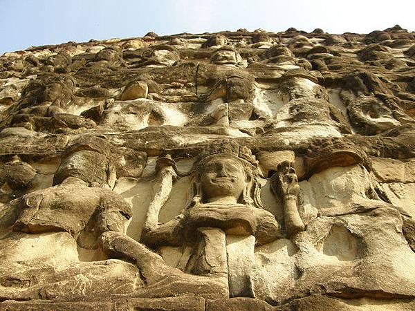 迂迴的高牆由上到下每面皆是滿滿的石雕