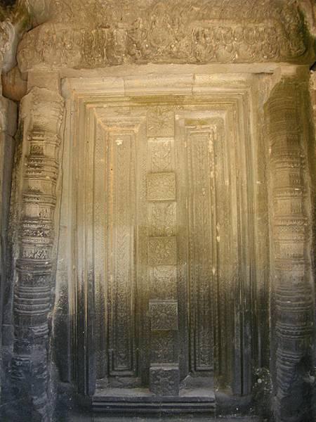 這面壁雕假門的顏色差距好大,也是受大自然長時間所造成的嗎?