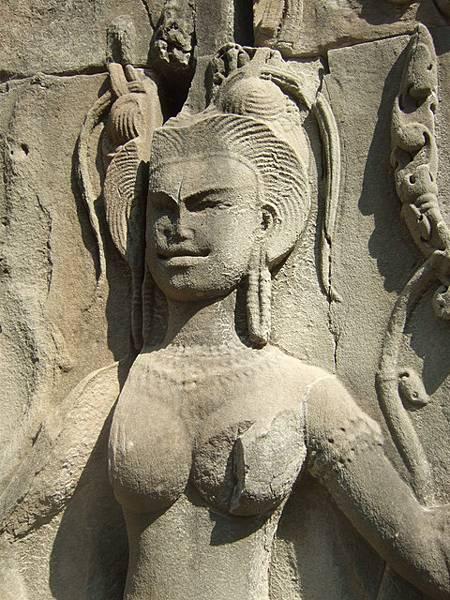 咦?!!這個石雕的頭部五官很像從中國來的仕女