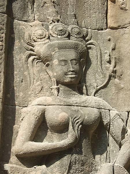 這位Apsara的表情真美,頭飾也和其他地方的不一樣呢