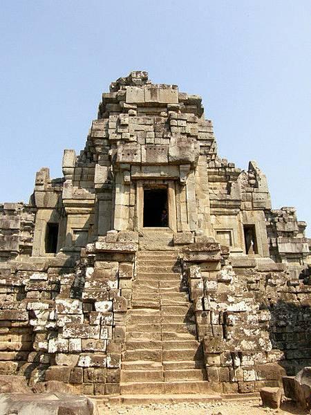 不同其他神廟雕刻精美,TaKeo只是將粗獷未雕刻的石塊堆疊