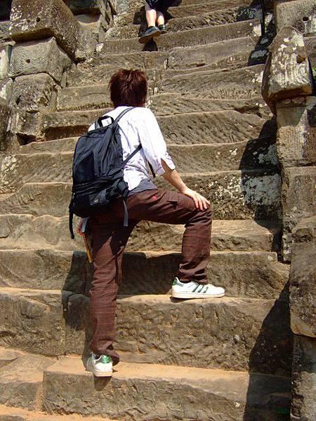 石階高低差好多啊~這一步都到膝蓋了!