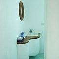 進去是小巧的洗手台和馬桶
