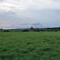 民宿的對面還是一大片草原喔!遠方的小紅屋也是一間民宿