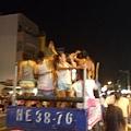 一群人來瘋的男女在車上自high