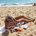 這個老外很悠閒地一邊做日光浴一邊讀雜誌,這姿態讓我想起ray