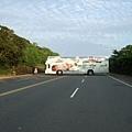 回民宿的路上有台大巴士卡在路中間,還蠻好笑的!