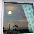 夕陽餘輝映照在惡星情人的玻璃上,也同時看得到裡面的ryo