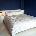 惡星情人是一間以深藍和白色為調的房間