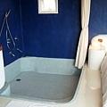 雪白的床邊緊接就是超大浴缸,請注意,它沒有門唷~!