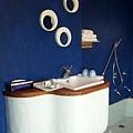可愛的洗手台和房間裡唯一的三面小鏡子