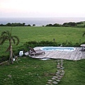 由上往下可以看到可愛的泳池和綠草如茵,以及海天一線的美景