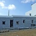 這是民宿後方正在新建中的三間房間,再不久就會替它塗上白色吧!