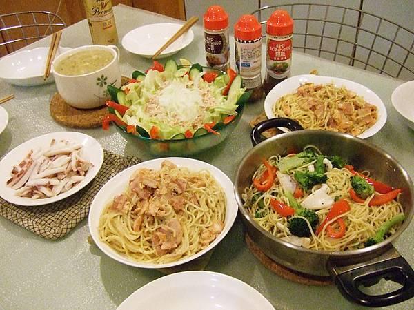 為了晚上這頓飯,我們從下午二點半就開始準備耶