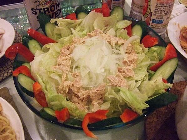 大師巧手排盤過的鮪魚沙拉,冰冰涼涼的配上沙拉醬吃起來很爽口