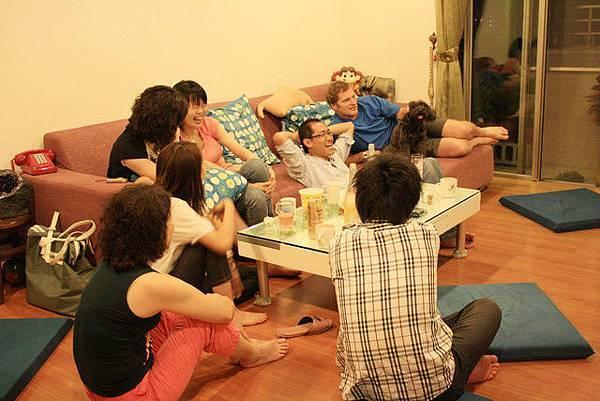 八個大人與一隻小黑狗聚在客廳吃飯喝酒,皆都好開心~