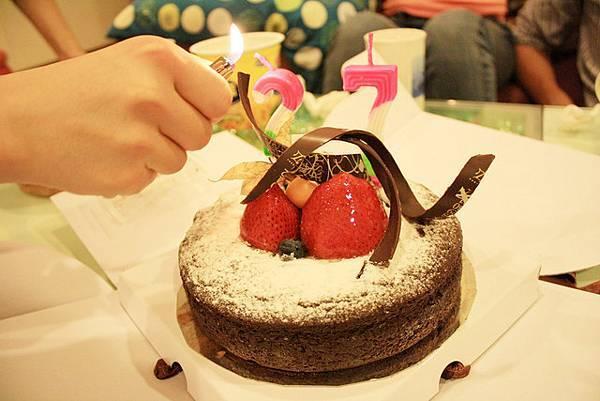 點蠟燭許願吃蛋糕的時間到!