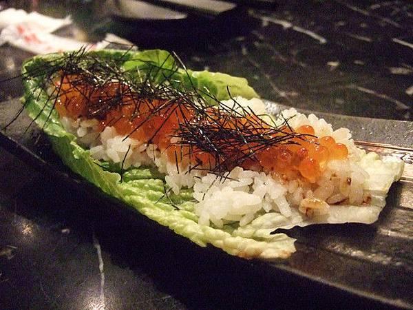 一下子又跳到晚餐時間柳~鮭魚卵蘿蔓卷,好吃