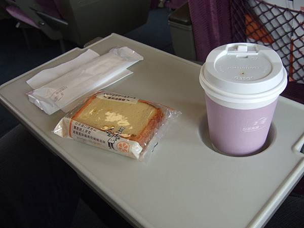 原來坐商務席有甜點飲料!? 葉大師選咖啡和蛋糕,口味倒是普通