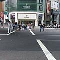 走在忠孝東路上,這裡是假日才開放的X形人行穿越道,真貼心啊