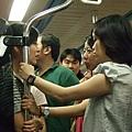 電車上,一臉嚴肅的三個女人在講什麼?