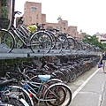台大圍牆邊的二層式自行車停車區,狠想研究它是怎麼放上去的!