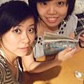 文藝美少女在翻閱藝文手冊の最中被抓來拍照