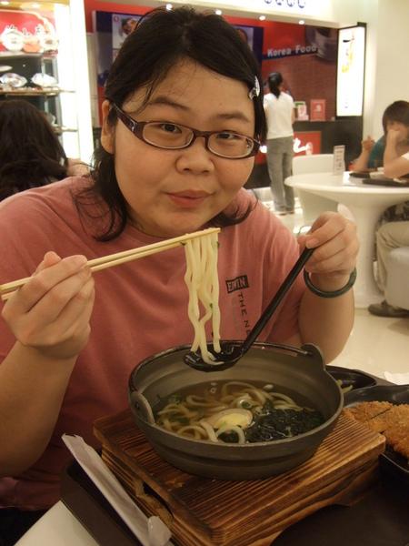先在台北車站二樓的美食街填飽肚子再說!老大吃豬排烏龍麵,好吃