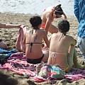 這群比基尼女孩一副就是來做日光浴的悠閒樣,真養眼