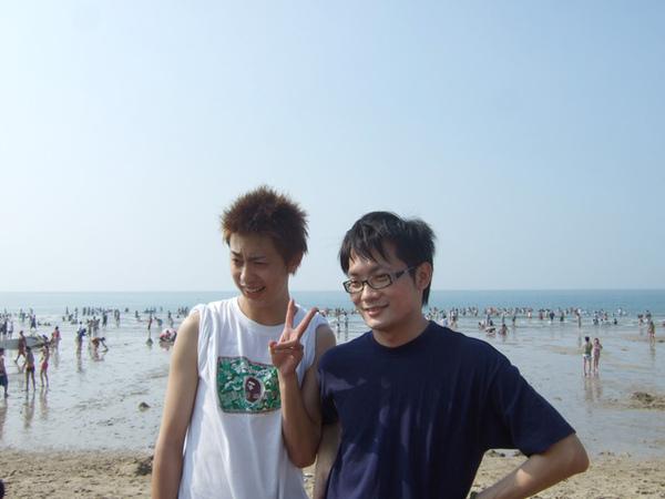 從日本放暑假回來的大包&竟然在沙灘上做起一尊佛像的星爺