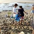 大包的拖鞋被偷埋在沙裡,大家都裝傻超會演戲的!只有星爺幫忙找