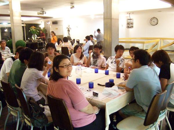 到淡水之後又增加五個人唷,總共有15個人的小型同學會呢