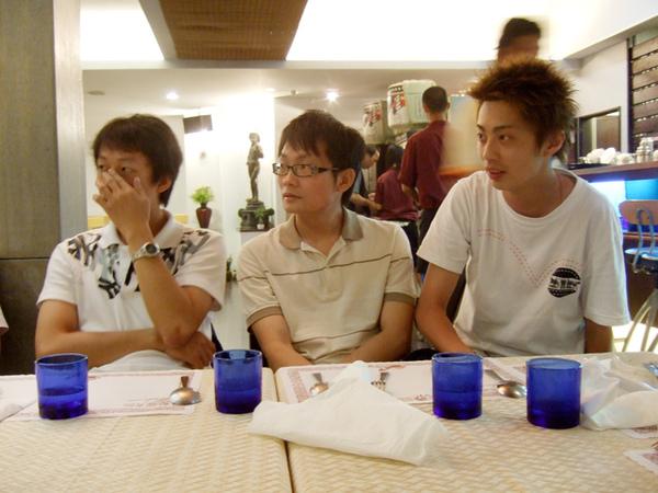 三個人在聽什麼這麼專心?