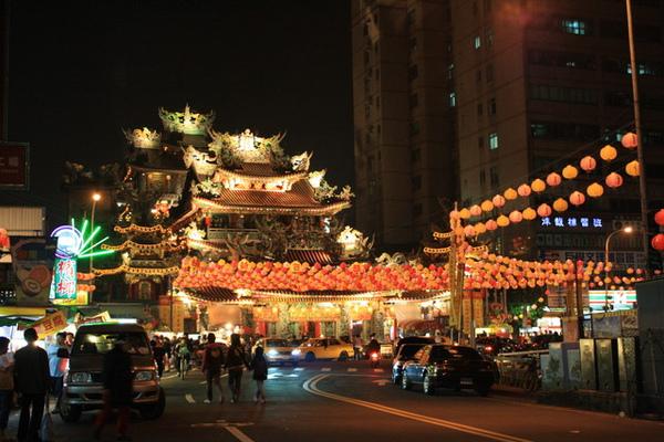 從老大家慢步走去饒河街夜市覓食,看到街尾的媽祖廟好閃亮