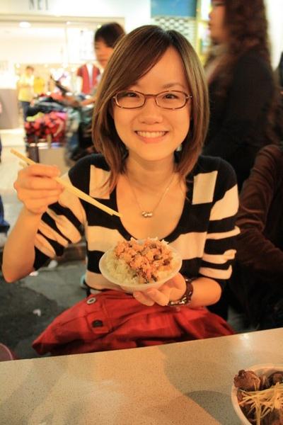 來饒河夜市當然要吃在中間的陳董藥燉排骨,咦?我怎麼手拿肉燥飯