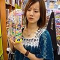 路過一間日雜漫畫書刊店。哇塞!好厚的漫畫月刊~