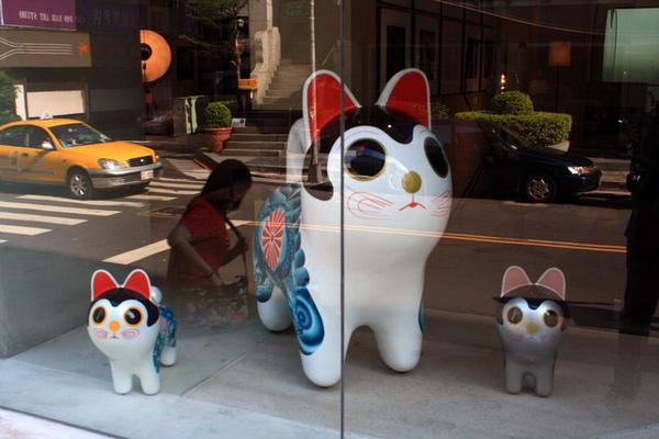 某間高檔傢俱店裡的三隻小貓好口愛!