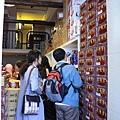 接著老大眼尖發現一間狹窄並堆滿一堆食物的小店,叫做即品網