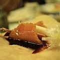 溫熱麵皮把沾上濃郁醬料的香脆鴨皮及鮮嫩鴨肉和爽口蔥段全包住了