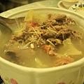 把切剩的鴨肉與骨頭全都拿來做這道酸菜鴨肉冬粉湯了