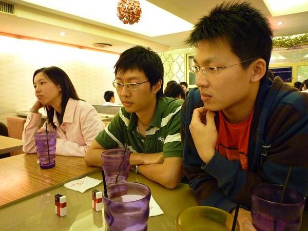 飯後續攤東區茶街,但大家吃飽後好像都很累了,一開始嚴重放空