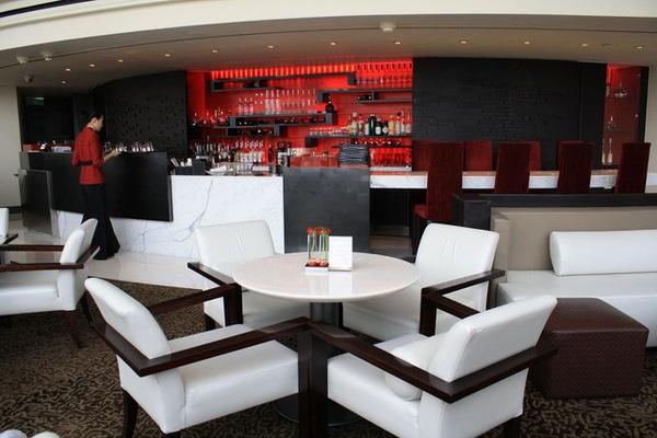 也是半弧形的紅白黑吧台,也是MP的代表色,俐落大方!
