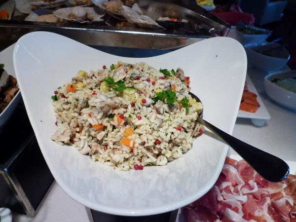 這盤米沙拉很美......紅色一粒粒的是什麼呢?配得太讚了