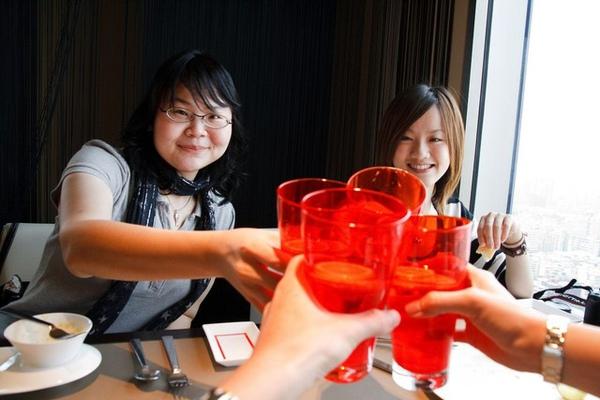 完美的紅色玻璃杯裝檸檬汽泡水果真會促進食慾,乾杯~然後,開動