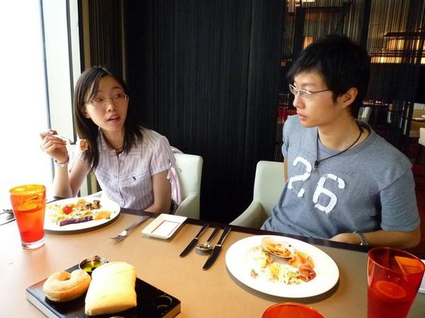 半夜臨時通知夫婦倆改吃大餐,想不到他們馬上就答應了,爽快!