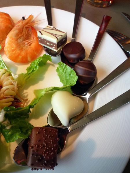 老大把各類巧克力拿來排盤弄得很漂亮