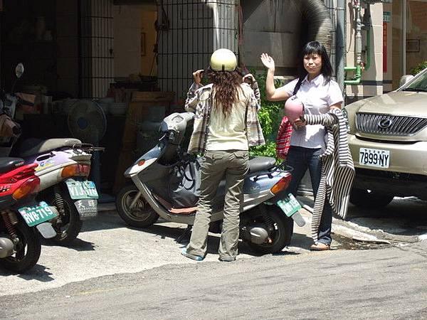 我還在對街依依不捨的狂拍他們的背影,瞧一今多捧場啊